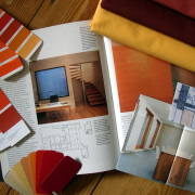 Materialcollage, Stoffproben, Innenarchitekturbücher, Farbmuster, orange, rot, gelb